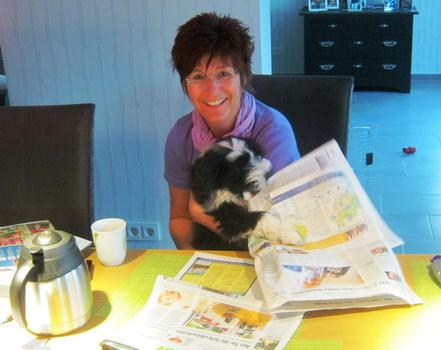 Carlotta liest Zeitung!